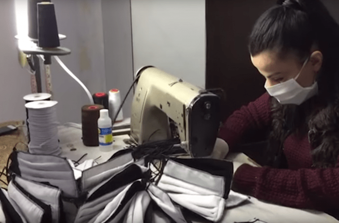 Frymëzim/ Rrobaqepësja nga Elbasani dhuron 3 mijë maska