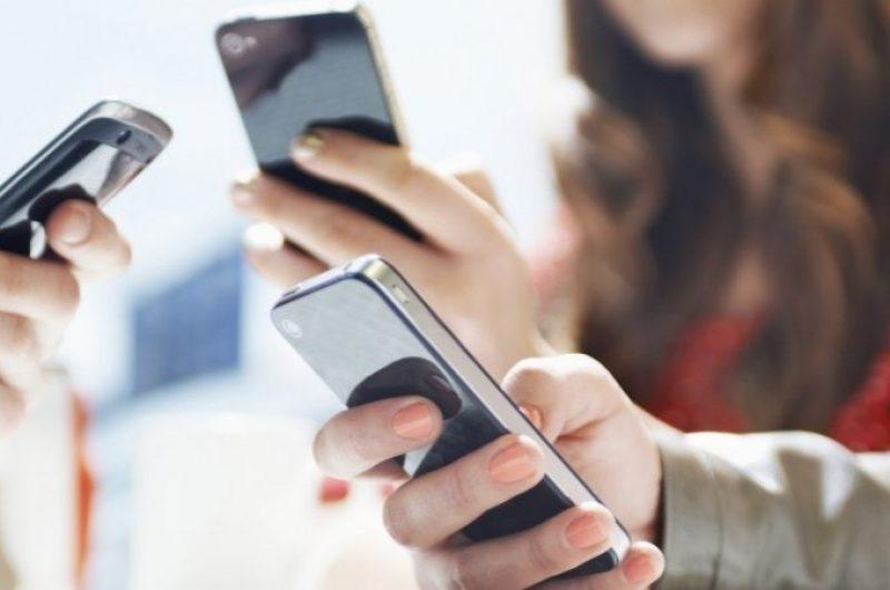 Studim/ 66% e përsonave i lexojnë lajmet në smartphone