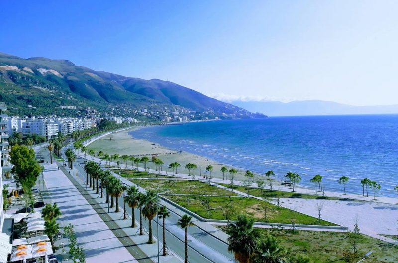 Vanity Fair: Shqipëria, Majemi i Mesdheut; njerëzit mbajnë dorën në zemër për të të falenderuar