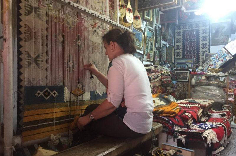 Tradita e punimit të qilimave në tezgjah, njihuni me Dallëndyshen nga Kruja