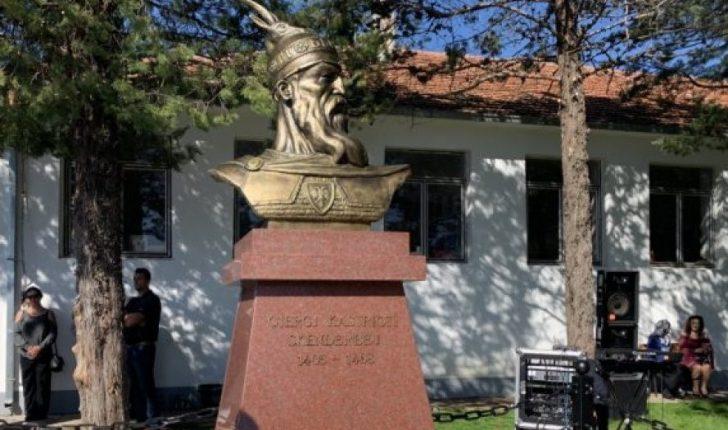 Fotolajm/ Busti i Gjergj Kastriotit-Skënderbeut vendoset në Trieshin e Tuzit