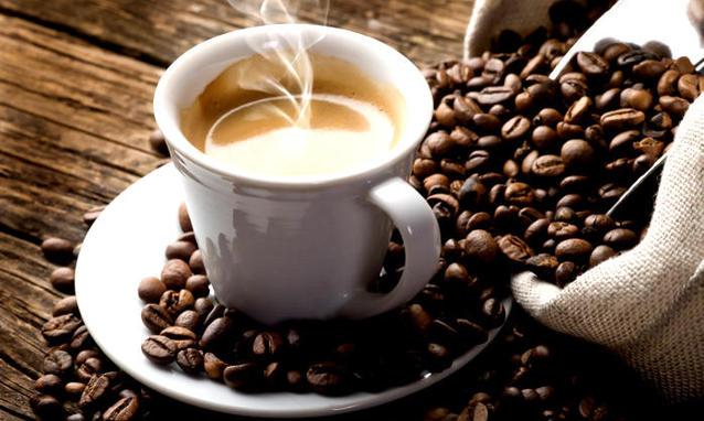 Pini 2 kafe në ditë? Zbuloni çfarë ndodh me trupin tuaj