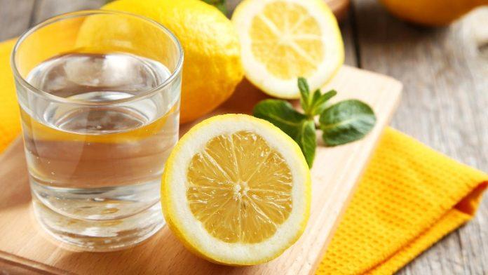 Ujë me limon, kura më e mirë për të rënë nga pesha