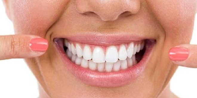 5 ushqimet që ju ndihmojnë të zbardhni dhëmbët