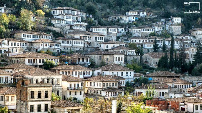 Restaurohet banesa monument kulture në Berat (Foto)