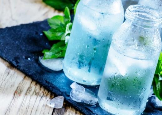 Përse nuk duhet të pini ujë të ftohtë gjatë ushqimit?