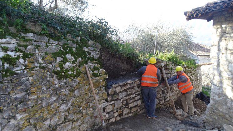 """Rehabilitohet muri rrethues pranë kishës së """"Shën Kollit"""" në Kalanë e Beratit"""