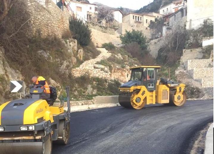 Aksi Llogara-Sarandë/ Riparohen shtresat asfaltike në zonën Palasë-Borsh