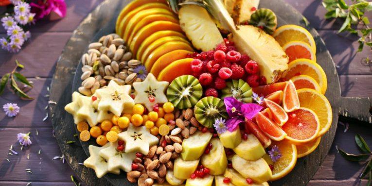 Para apo pas vakteve ushqimore?! Ja kur duhen ngrënë frutat