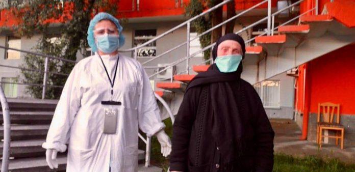 Nënë Rukija 84-vjeçare, mposht koronavirusin dhe kthehet në shtëpi