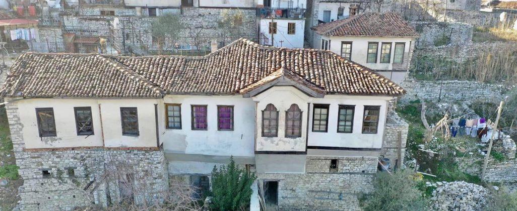 """FOTOT/ Nis restaurimi i banesave """"monument kulture"""" Nova dhe Bilali në Berat"""