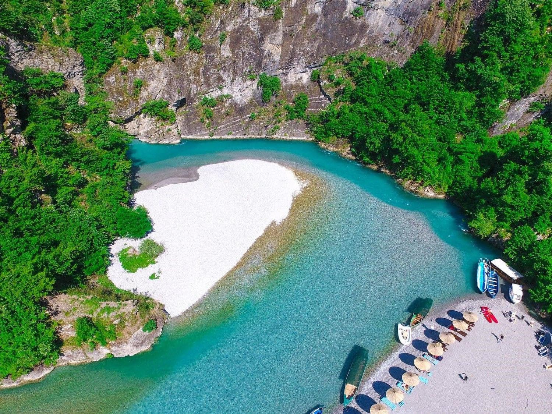 FOTOT/ Gjatë verës mbi 75 mijë udhëtarë vendas dhe të huaj në liqenin e Komanit, Fierzës dhe lumin e Shalës